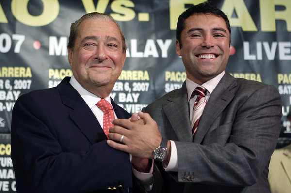 Bob Arum et Oscar De La Hoya en pourparler pour Pacquiao vs Canelo (Kevork Djansezian / Associated Press)
